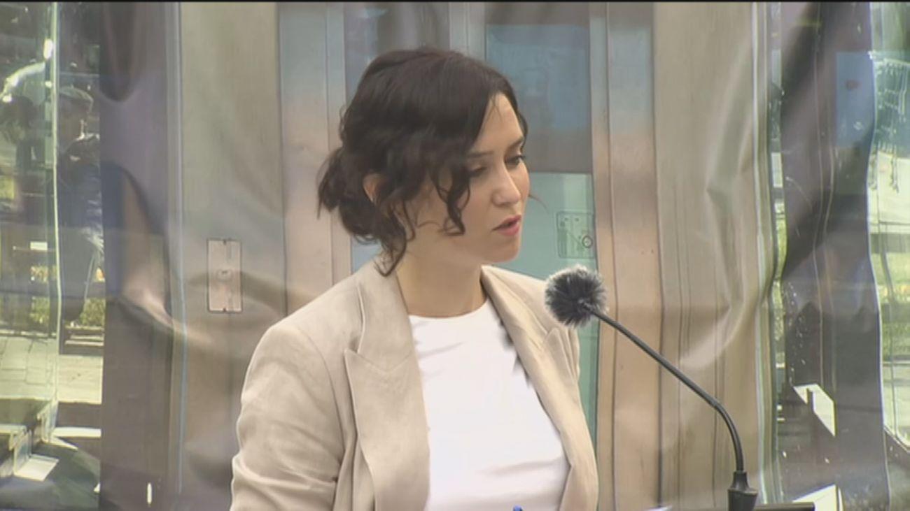 La presidenta de Madrid, Isabel Díaz Ayuso, durante su visita a las obras de la estación de Metro de Gran Vía