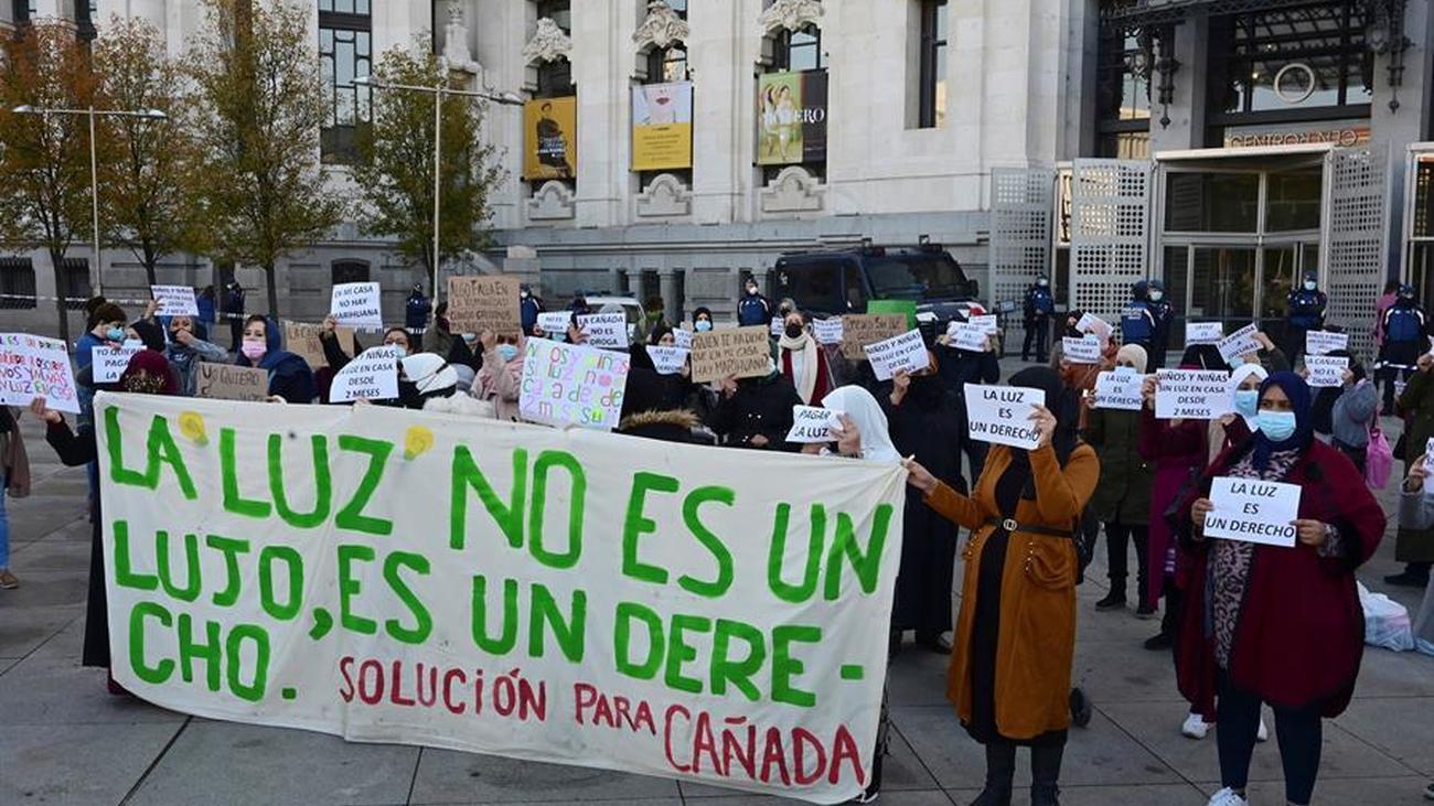 Protesta frente al Ayuntamiento de Madrid de los habitantes de la Cañada Real por los cortes de luz
