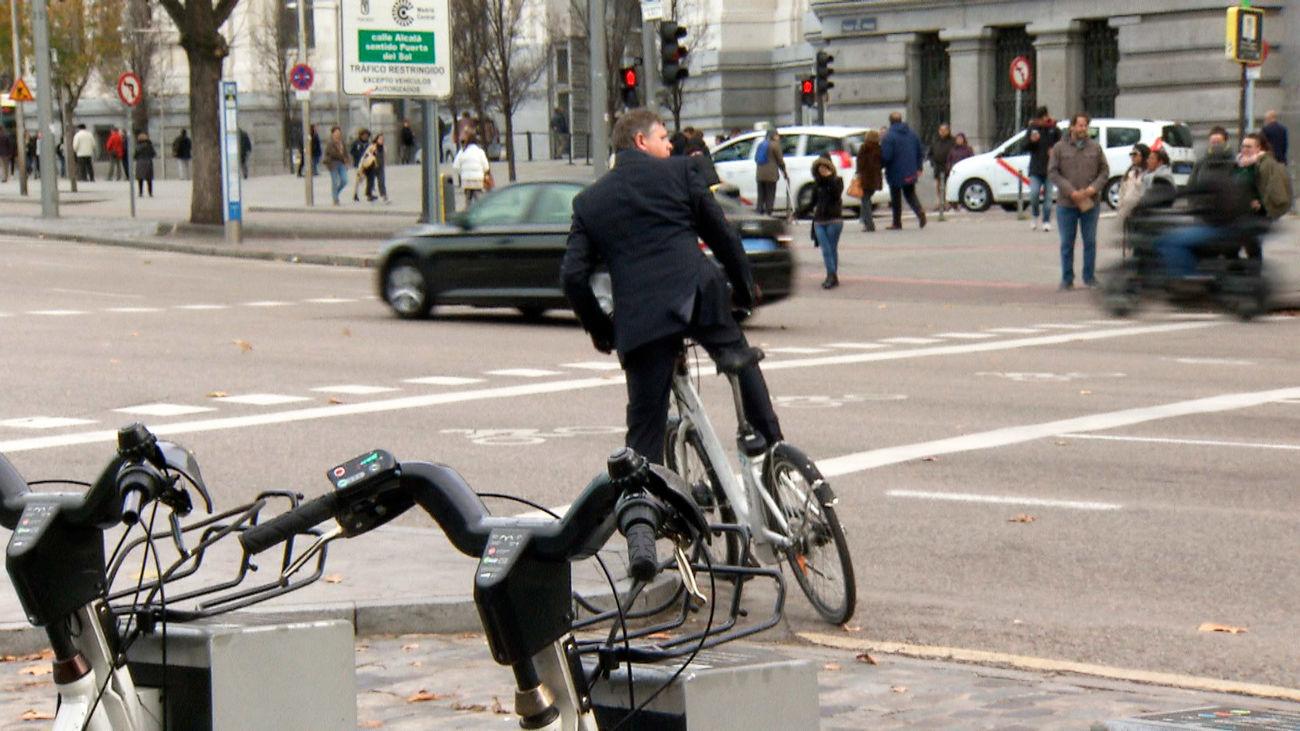 Un usuario de bicimad se dispone a incorporarse a la circulación en el centro de Madrid