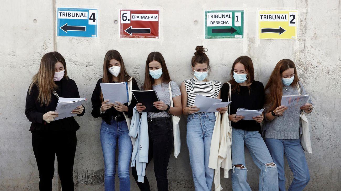 Los estudiantes madrileños que se presentan a la EVAU hincan los codos hasta el final