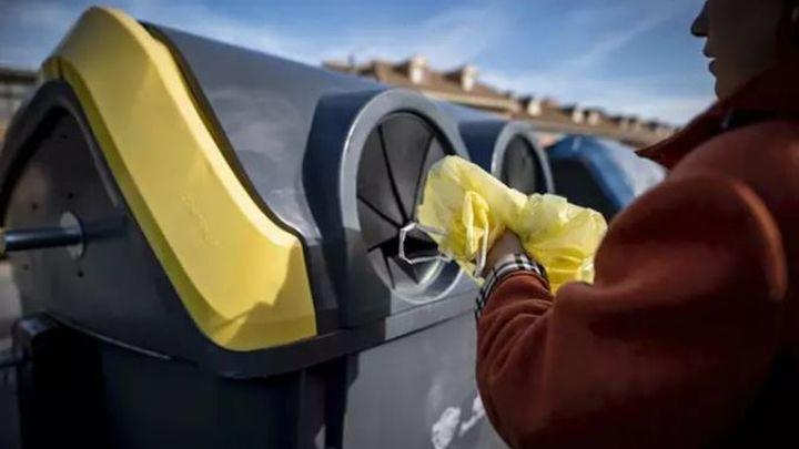 Mochileros europeos conciencian a losciudadanos sobre el reciclaje de latas en Madrid Río