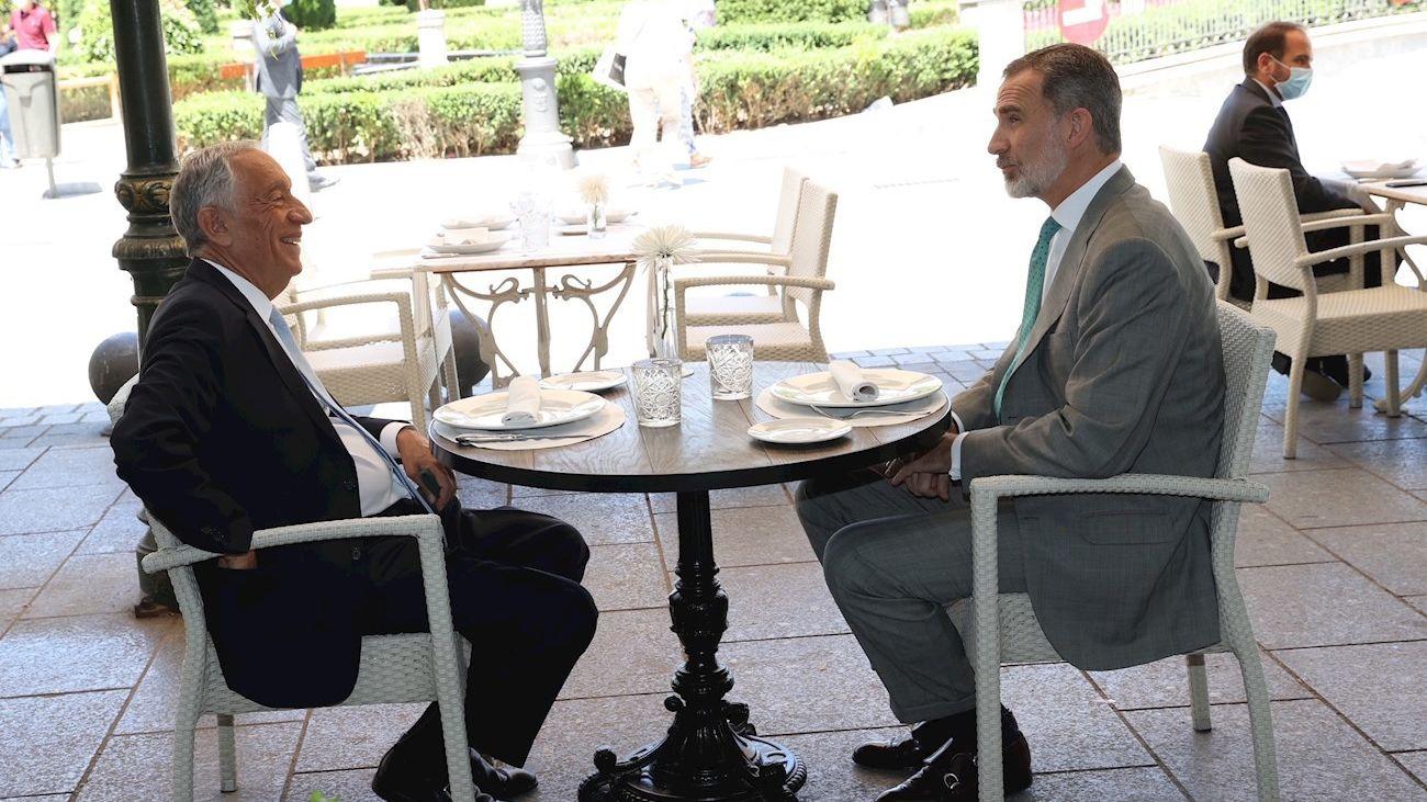 El rey y el presidente de Portugal comparten mesa en una terraza de la Plaza de Oriente
