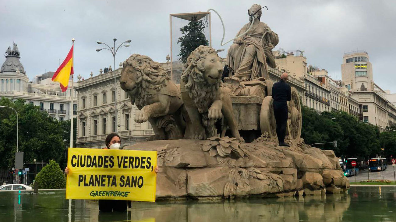 Activistas de Greenpeace en Cibeles