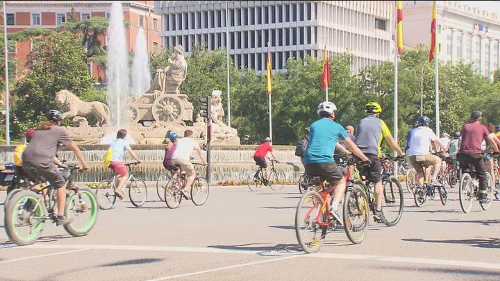 Un centenar de manifestantes en bicicleta recorren el centro de la capital en defensa de Madrid Central