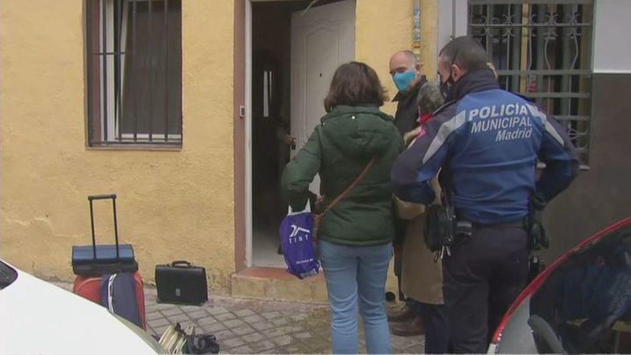 Los dueños de un piso y la Policía Municipal en el momento de ejecutar el desahucio