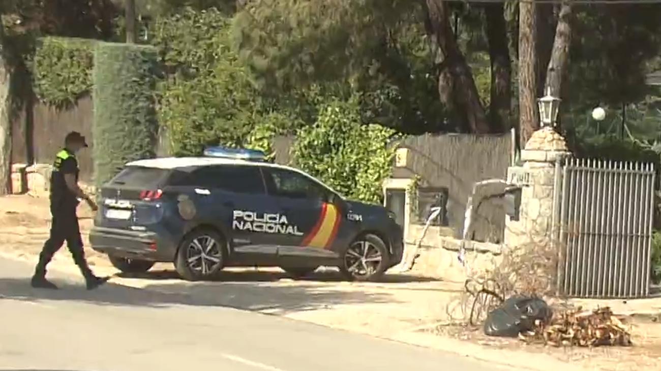 Un policía local de Pozuelo de Alarcón se dirige a la vivienda escenario del crimen