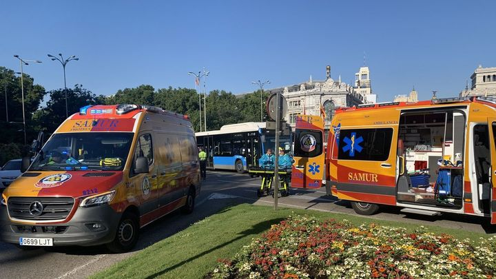 Herida una ciclista tras sufrir un accidente en la plaza de Cibeles