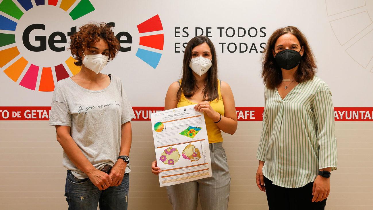 La investigadora Cristina Robas (centro) junto a la alcaldesa Sara Hernández (derecha) y la concejala de Educación y Empleo, Ángeles García