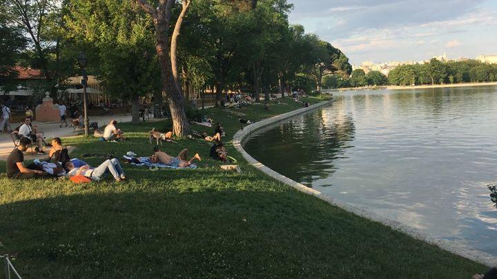 Jóvenes junto al lago de la Casa de Campo