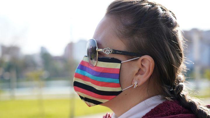 Los dermatólogos recomiendan usar protección solar debajo de la mascarilla