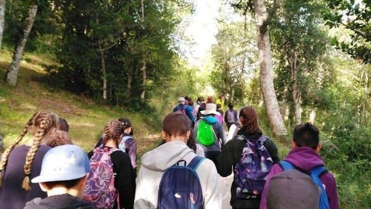 Adolescentes haciendo senderismo