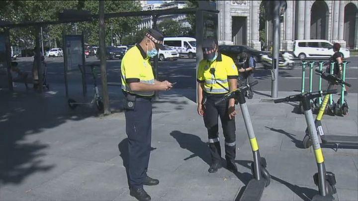 Madrid refuerza la vigilancia de patinetes, bicicletas y motos mal aparcados en 13 'puntos negros'