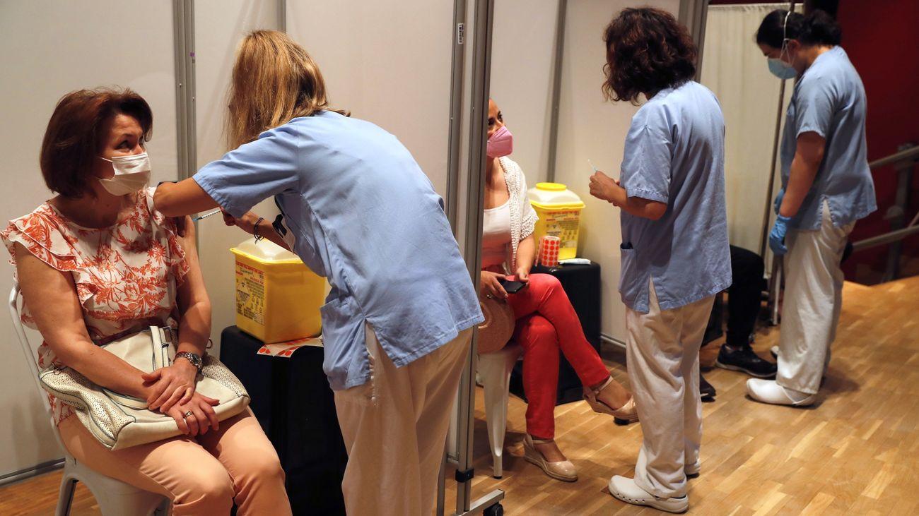 Enfermeras realizando vacunaciones