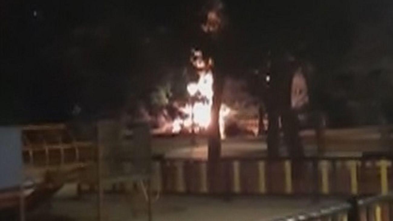 Se incendia un puente de madera en el parque de Aluche