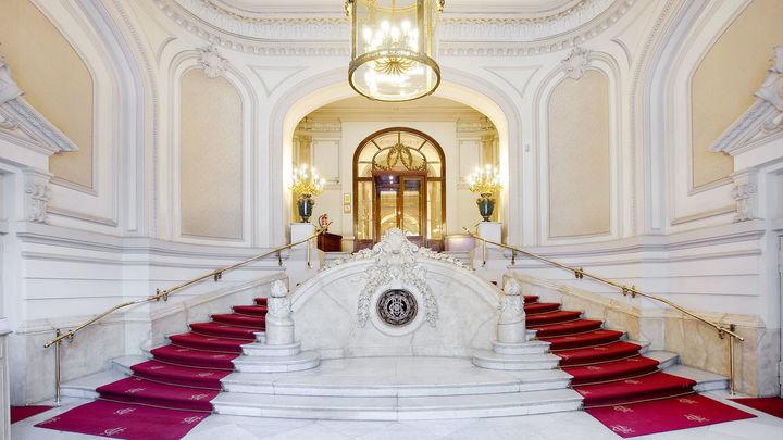 El Casino de Madrid recibe la distinción de la Casa Real