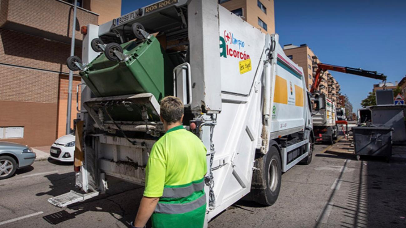 Camión de recogida de residuos urbanos  en Alcorcón