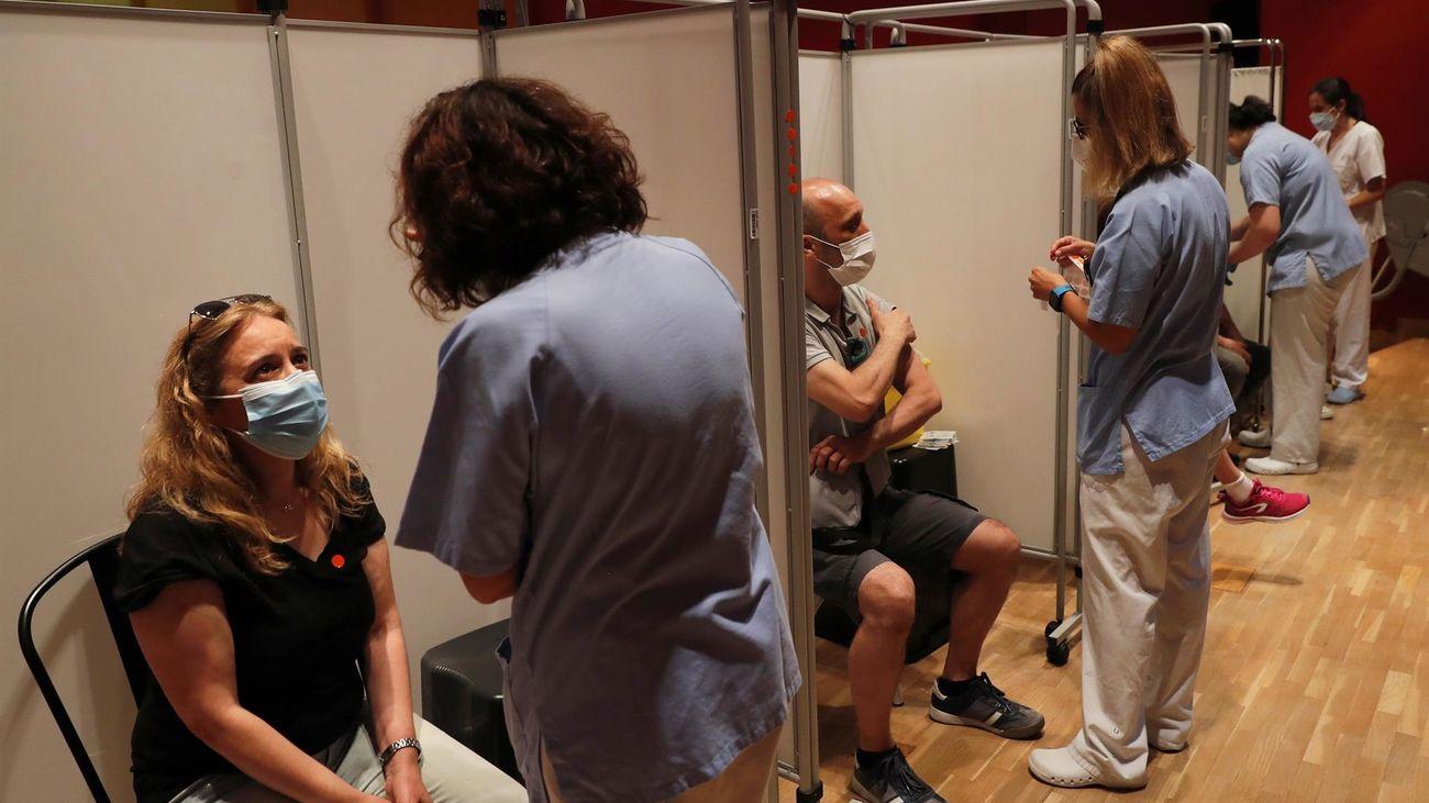 Varias personas se vacunan en Madrid