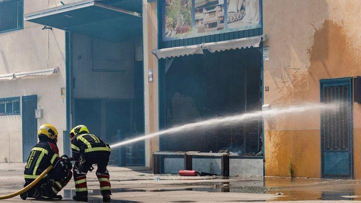 Los bomberos dan por controlado el incendio que ha afectado a tres naves industriales de Seseña