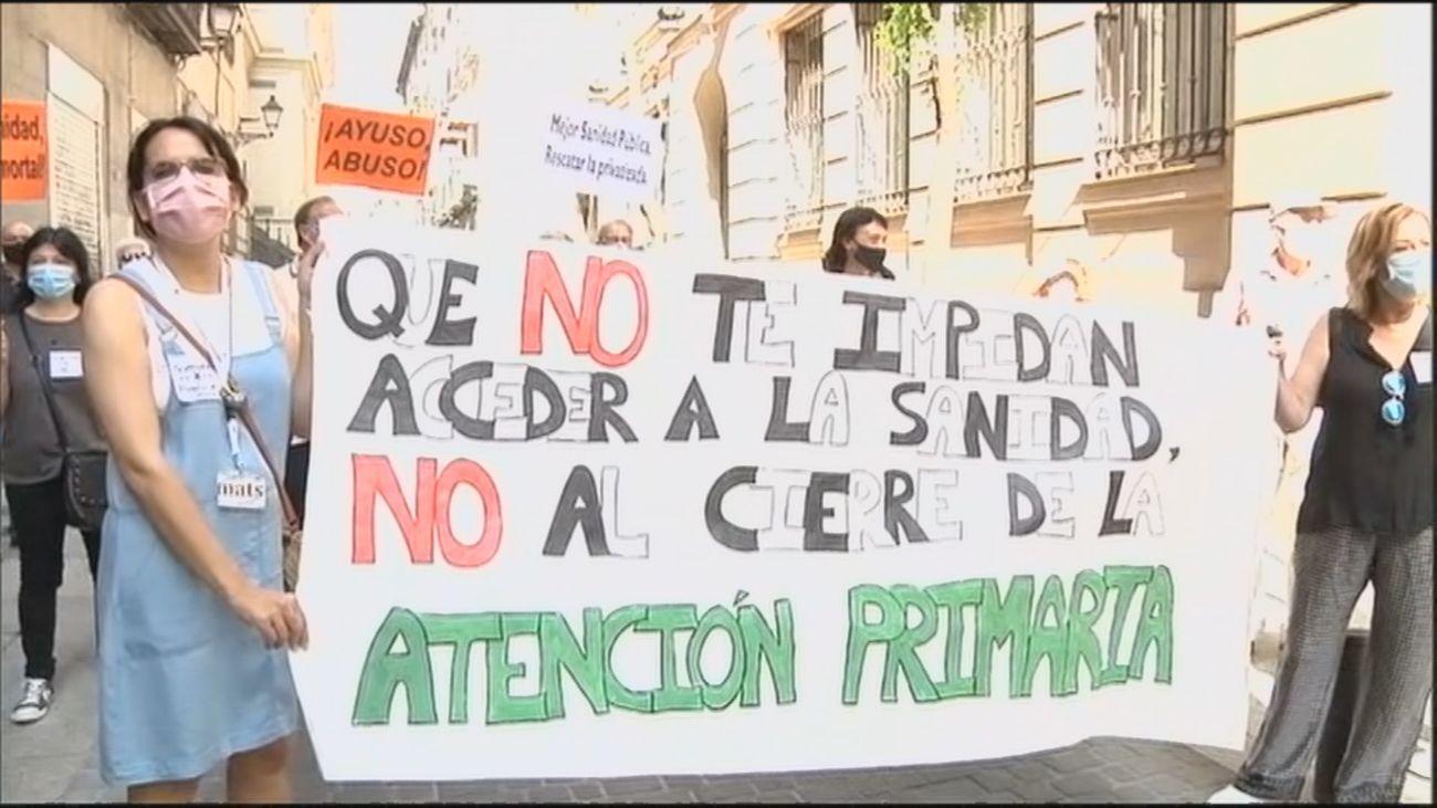 Sanitarios y vecinos de Madrid protestan contra el posible cierre de centros de salud en verano