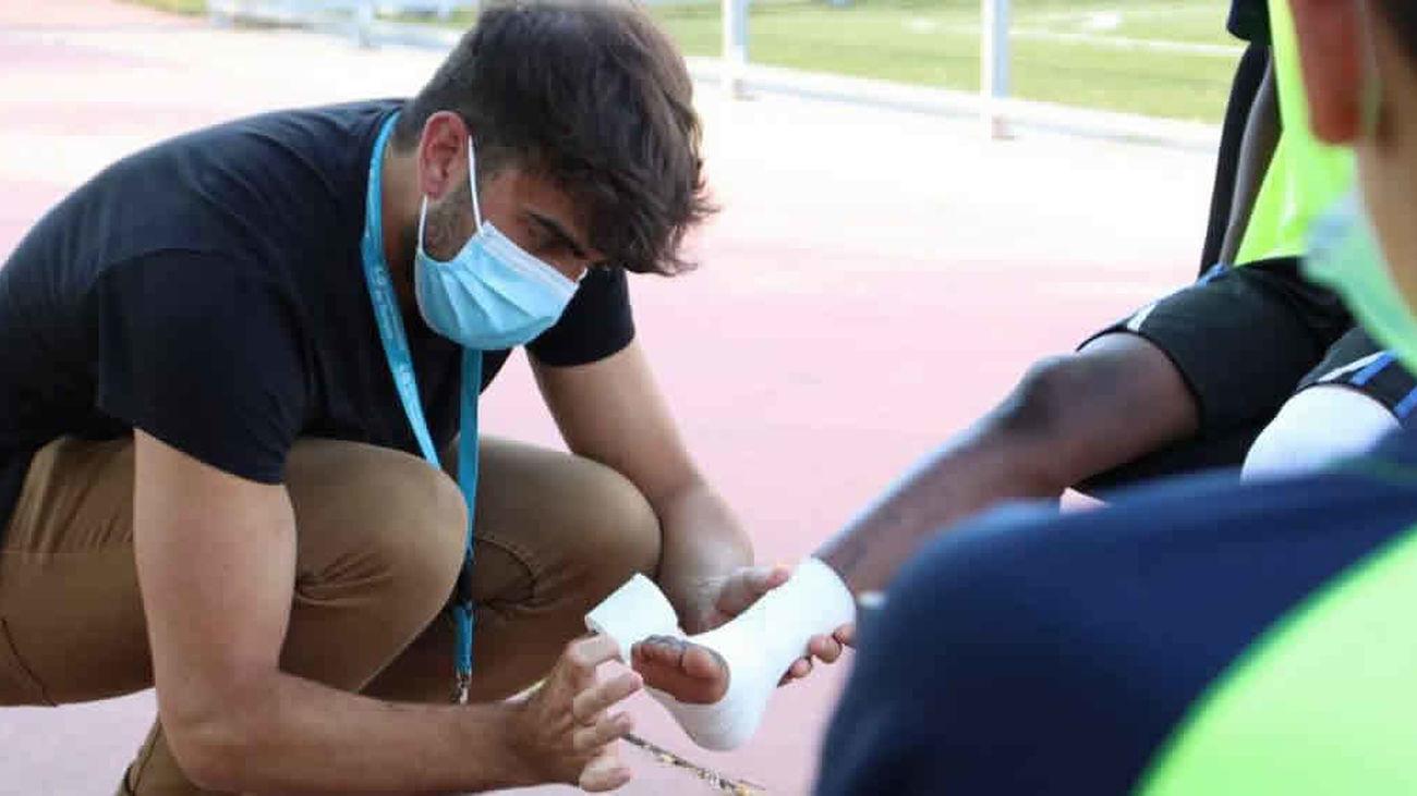 El Hospital Universitario de Torrejón forma al equipo Alevín  del Juventud con vendajes funcionales para evitar lesiones