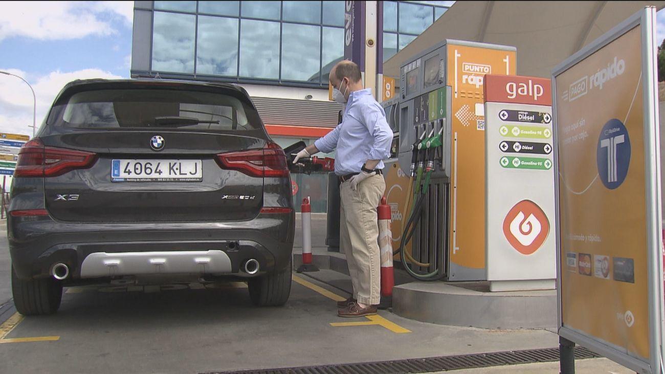 El precio de la gasolina, un 23% más cara que el año pasado, indigna a los conductores