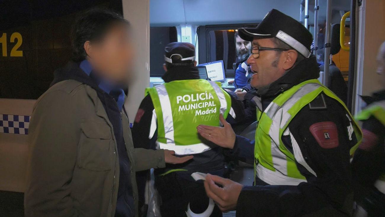 Un agente municipal da explicaciones a un conductor tras realizar un control de alcohol y drogas