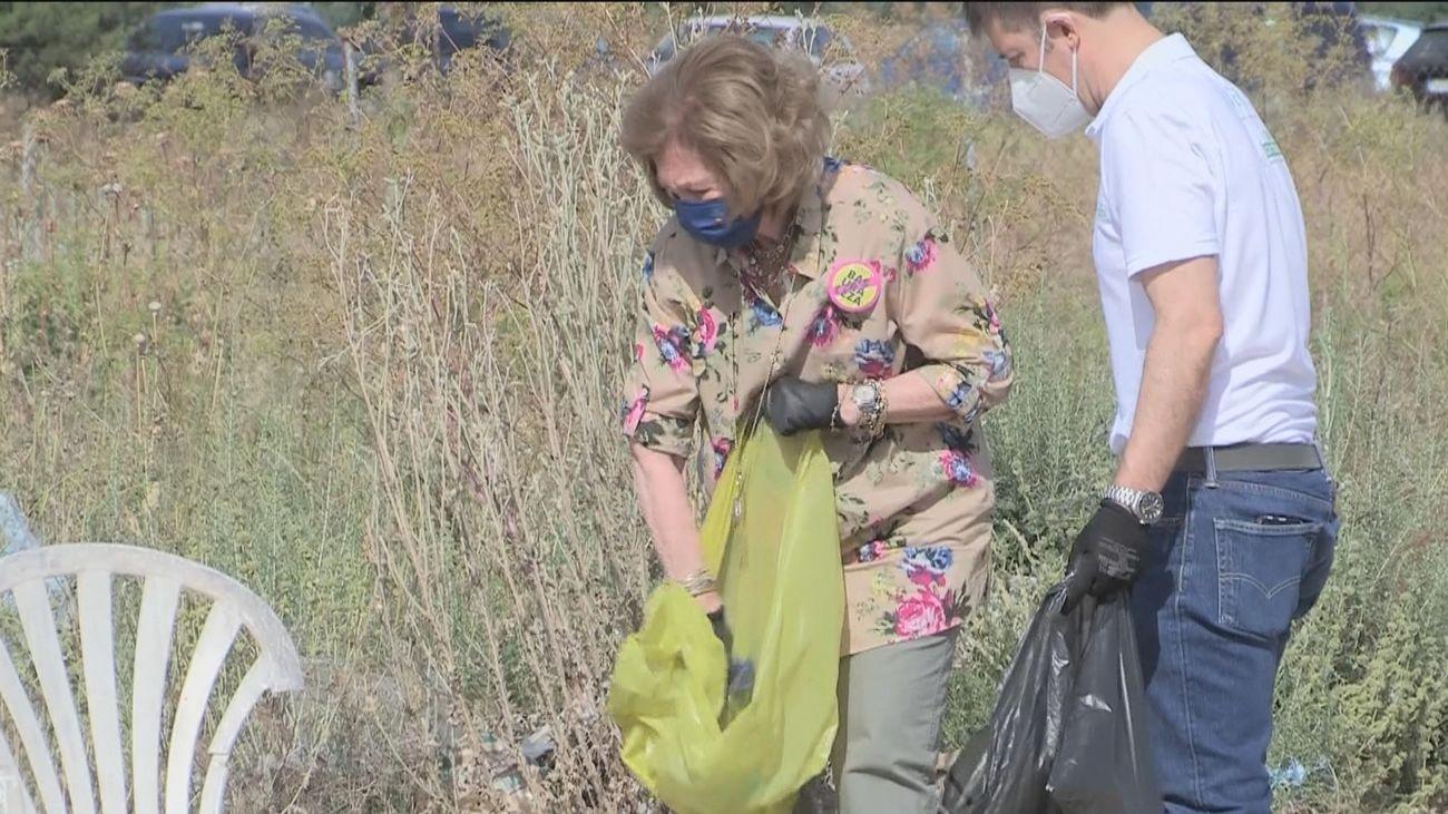 La reina Sofía participa en una recogida de basura abandonada en el Soto de las Juntas (Madrid)