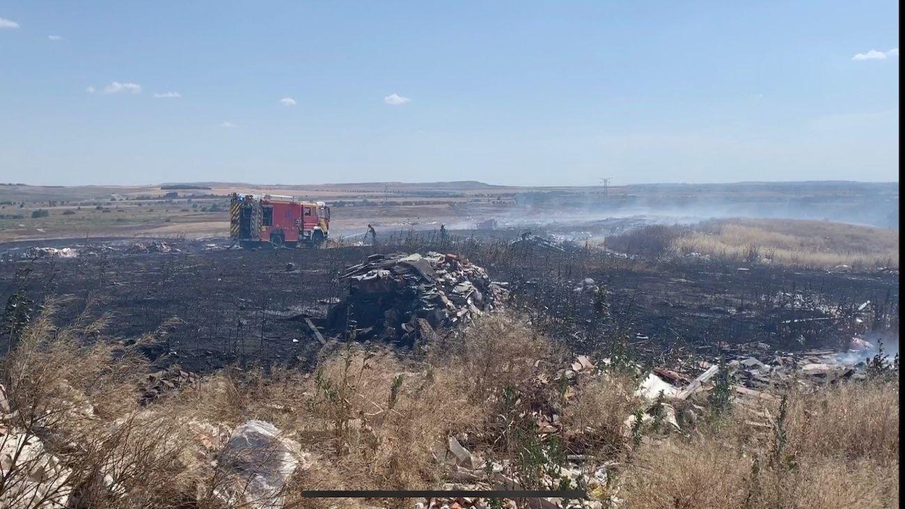 El viento dificulta la extinción de fuego de pasto en la Cañada Real