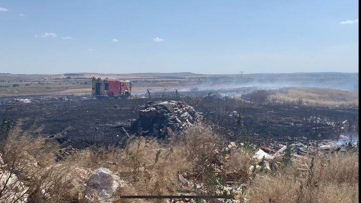 Los Bomberos extinguen un incendio de pasto en la Cañada Real