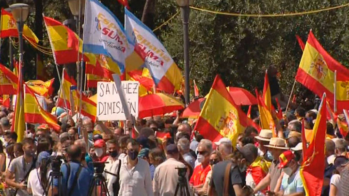 Miles de personas llenan la Plaza de Colón de banderas  de España contra los indultos