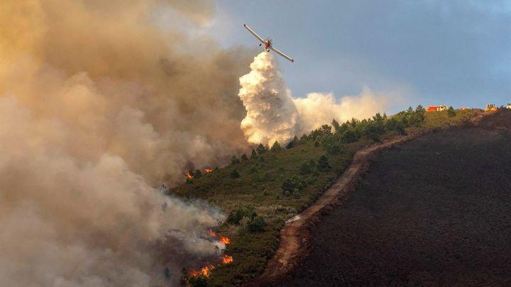 Dos incendios forestales activos en Galicia han calcinado casi 300 hectáreas