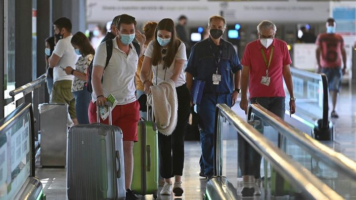 Llegan los turistas y las previsiones económicas mejoran