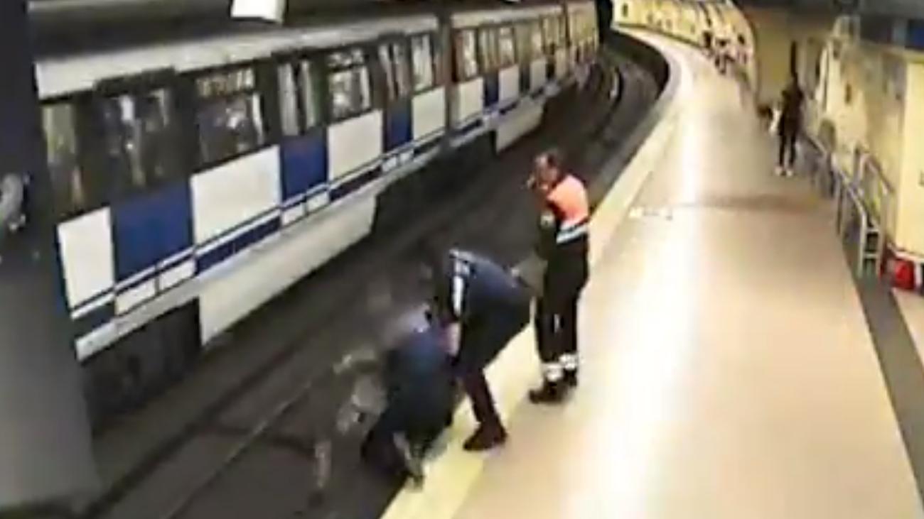 La Policía Municipal y la seguridad privada evitan un atropello en el metro de Lavapiés