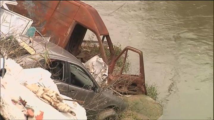 Sacan 13 vehículos y  50 toneladas de restos de coches del río Guadarrama