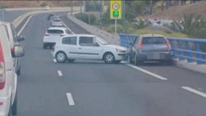 Una mujer persigue a un conductor para reprocharle su comportamiento y acaban chocando