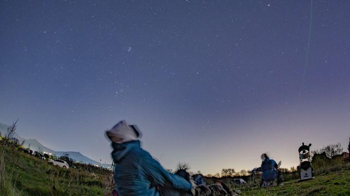 Vega, Altair, Casiopea, las Perseidas, los satélites Starlink... todo lo que puedes ver este verano en el cielo de Madrid