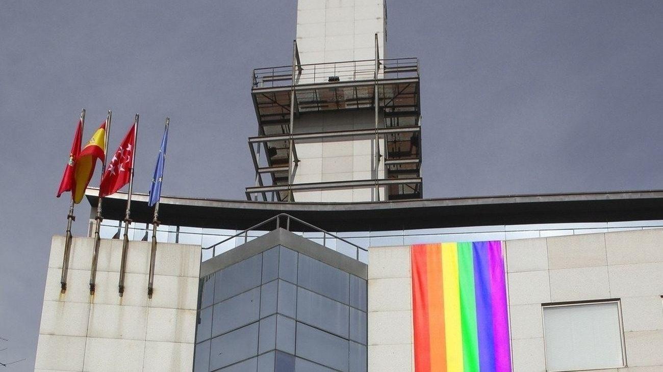 Bandera LGTBI colocada en el Ayuntamiento de Getafe en la semana del Orgullo