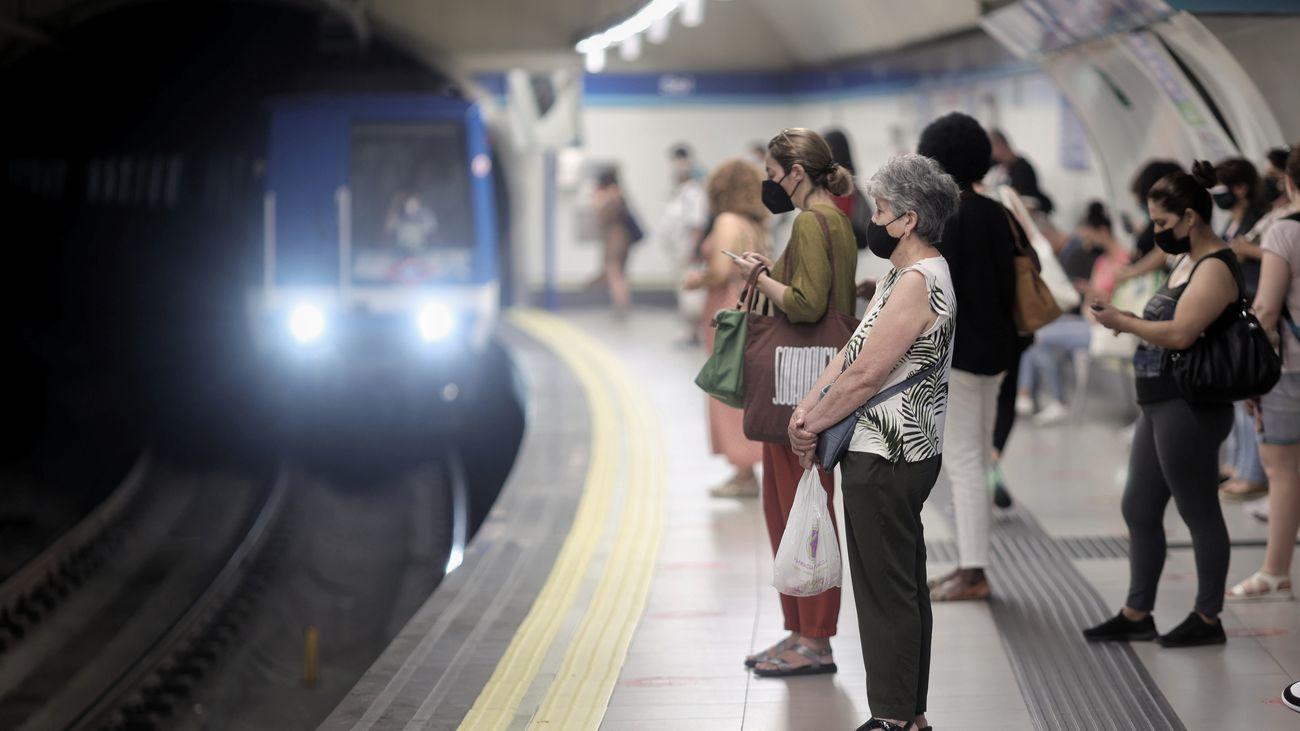 Viajeros esperando la llegada del metro