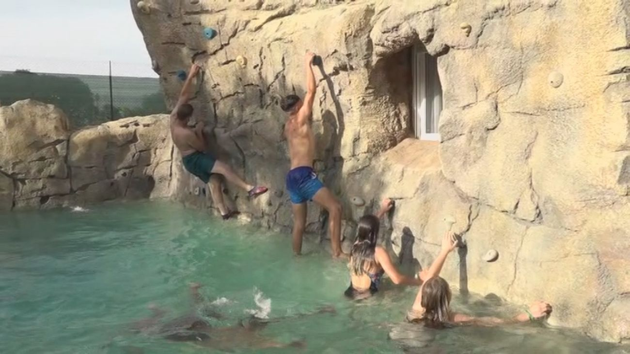 Una piscina de lo más curiosa ¡También se puede escalar!