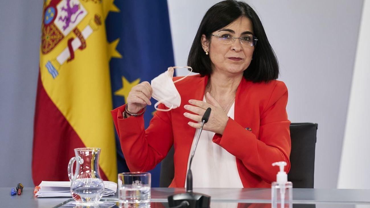 La ministra de Sanidad, Carolina Darias, se quita la mascarilla en una comparecencia pública