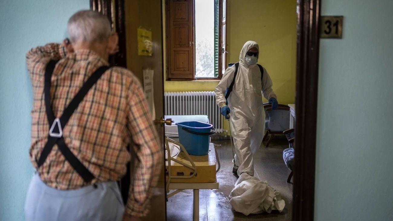 Una anuncio contempla las labores de desinfección en una residencia