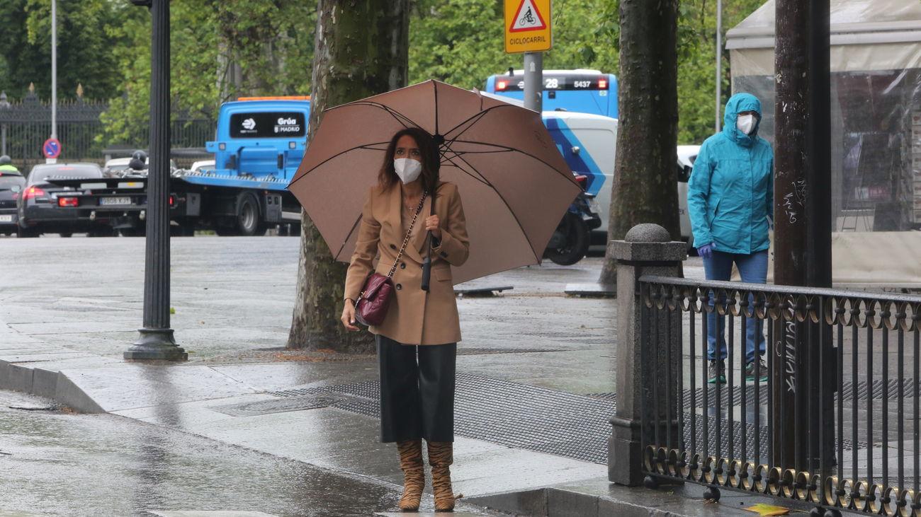 Una mujer con paraguas en Madrid