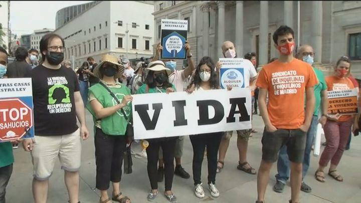 """Protesta por  la vivienda frente al Congreso: """"En agosto habrá un 'tsunami' de 40.000 desahucios"""""""