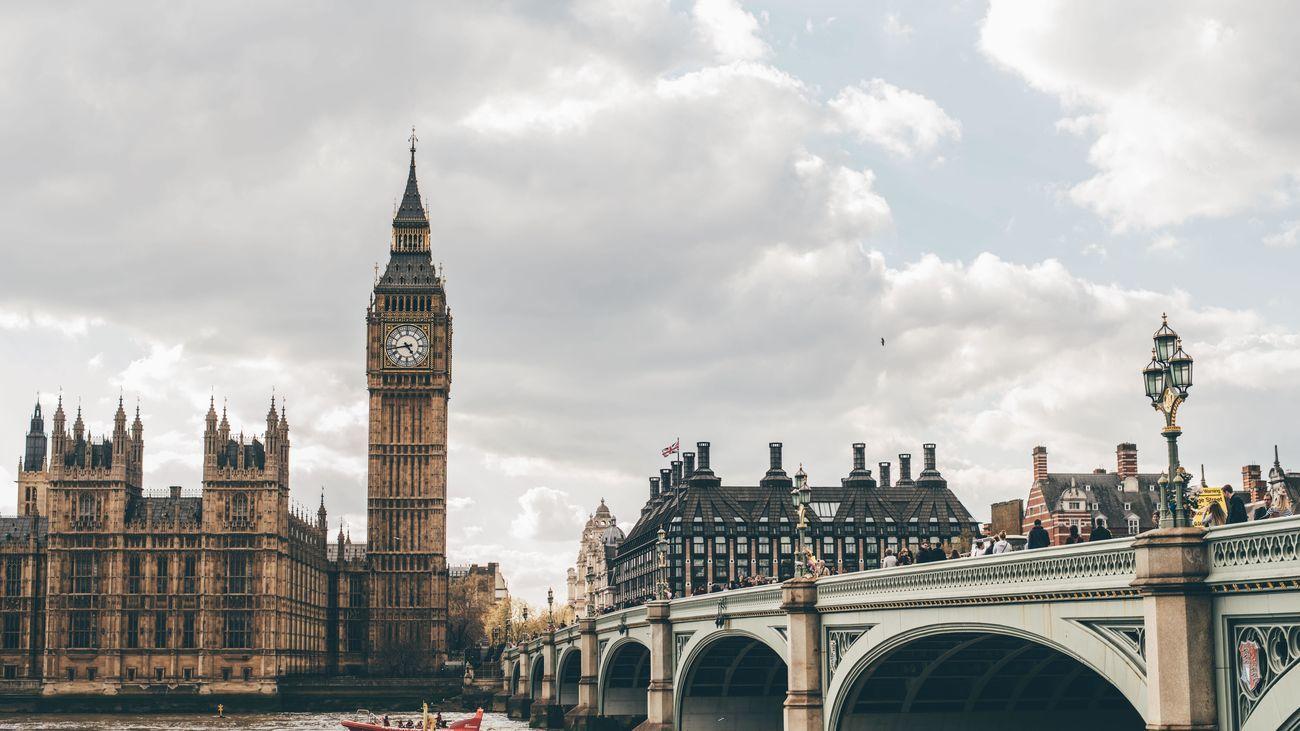 El gobierno de Boris Johnson estudia flexibilizar las medidas anti Covid para los viajeros