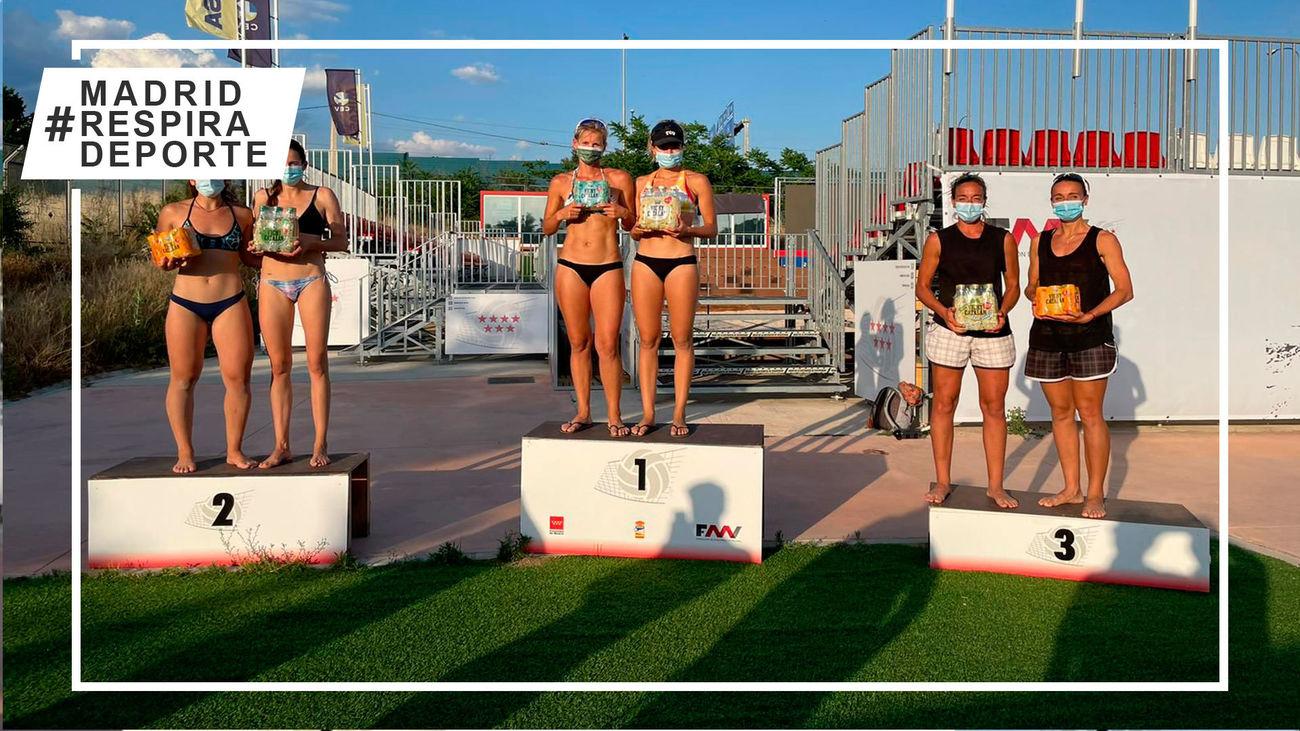 Podio femenino del Circuito de Vóley Playa de Madrid