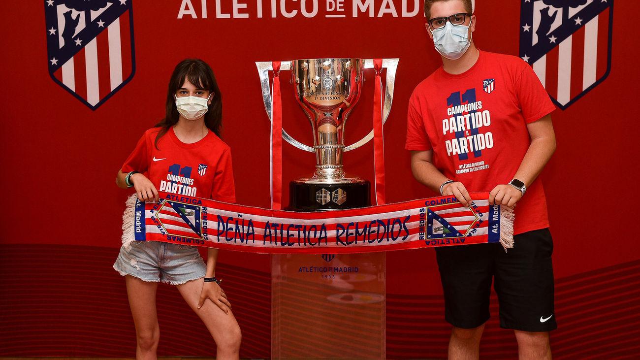 La Copa de la Liga 2020/21 del Atlético de Madrid visita Alcorcón para que sus aficionados puedan fotografiarse con el trofeo liguero