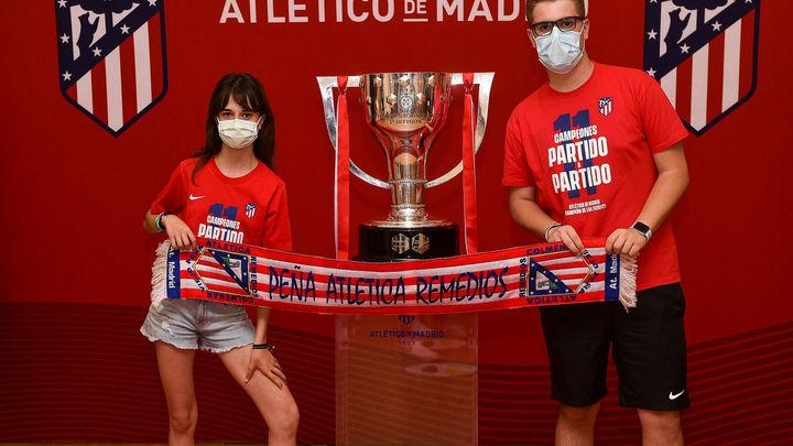 Alcorcón acoge la Copa de Ligade fútbol ganada por el Atlético