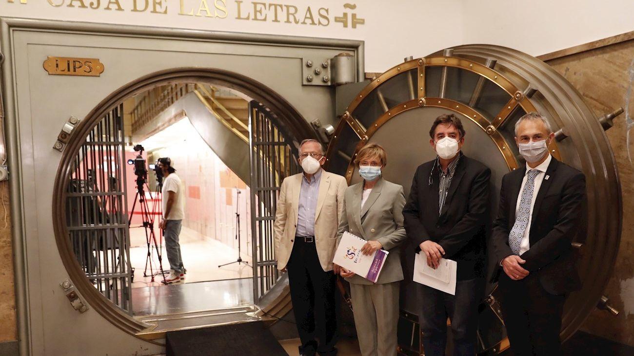 Miguel de Unamuno Adarraga, primero por la izquierda, junto a la directora de la Casa-Museo Unamuno,  el director del Instituto Cervantes y el rector de la Universidad de Salamanca,