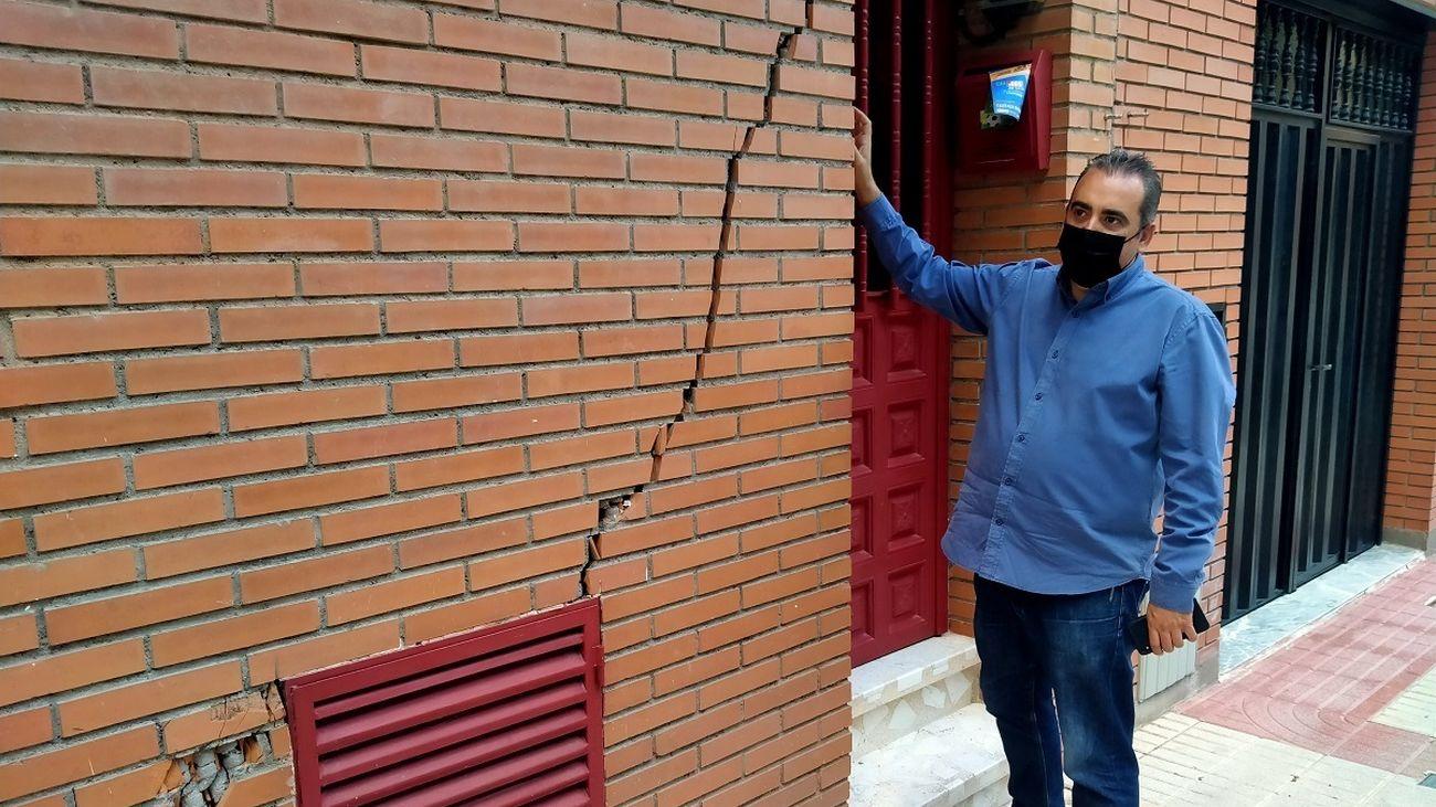 Grieta en una de las viviendas provocadas por la Línea 7B de Metro en San Fernando