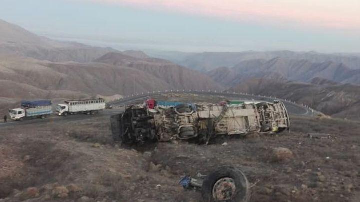 Sube a 27 el número de fallecidos al caer un autobús por un precipicio en Perú